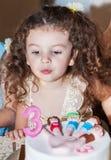 Behandla som ett barn flickan firar födelsedag Royaltyfria Bilder