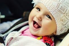 Behandla som ett barn flickan har gyckel och att skratta Arkivbilder