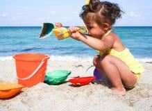 Behandla som ett barn flickan har gyckel på stranden Royaltyfri Fotografi