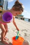 Behandla som ett barn flickan har gyckel på stranden Arkivfoton