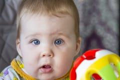 behandla som ett barn flickan henne den älskvärda modern för holdingisolaten min litet barnwhite Arkivfoto