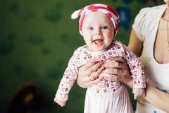 behandla som ett barn flickan henne den små modern Roligt behandla som ett barn hatten med öron, som en ko Royaltyfri Bild