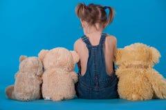 behandla som ett barn flickan henne sittande toys Royaltyfri Bild