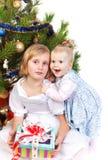 behandla som ett barn flickan henne som kramar systern Arkivbilder