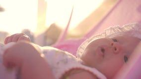 Behandla som ett barn flickan i babylift Sommarutflykt lager videofilmer
