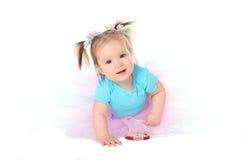 Behandla som ett barn flickan i ballerinakjol arkivfoto