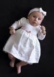 Behandla som ett barn flickan i en klänning Royaltyfri Bild