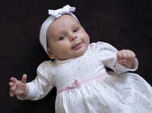 Behandla som ett barn flickan i en klänning Royaltyfri Fotografi