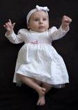 Behandla som ett barn flickan i en klänning Arkivfoto