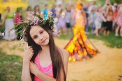 Behandla som ett barn flickan i en krans av vildblommor Royaltyfri Foto