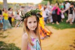 Behandla som ett barn flickan i en krans av vildblommor Arkivfoton