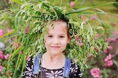 Behandla som ett barn flickan i en krans av vildblommor Royaltyfria Foton