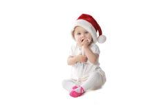 Behandla som ett barn flickan i jultomtenhatt Arkivfoto
