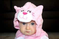 Behandla som ett barn flickan i kattdräkt Royaltyfri Fotografi