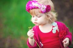 Behandla som ett barn flickan i maskrosor för blomningvårträdgårdar royaltyfri fotografi