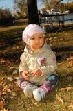 Behandla som ett barn flickan i park Arkivbilder