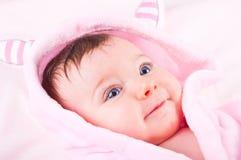Behandla som ett barn flickan i rosa badrock Arkivbild