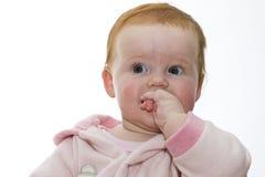 Behandla som ett barn flickan i rosa färger på vit bakgrund Royaltyfri Bild