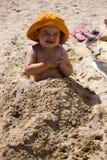 Behandla som ett barn flickan i sanden Royaltyfria Foton