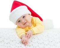 Behandla som ett barn flickan i Santas hatt royaltyfria foton
