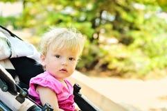 Behandla som ett barn flickan i sittvagn Royaltyfria Foton