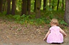 Behandla som ett barn flickan i skogen Royaltyfri Fotografi