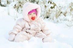Behandla som ett barn flickan i snow Fotografering för Bildbyråer