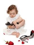 behandla som ett barn flickan isolerat försöka för skor för mom s Arkivbild