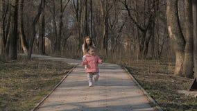 Behandla som ett barn flickan som leker i parken stock video