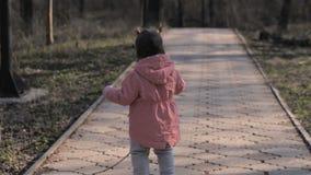 Behandla som ett barn flickan som leker i parken arkivfilmer