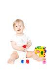 behandla som ett barn flickan lekte toyen Royaltyfri Foto