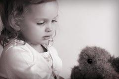 behandla som ett barn flickan little arkivbilder