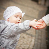 behandla som ett barn flickan little Royaltyfri Bild