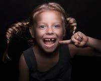 behandla som ett barn flickan little förlorad tand Royaltyfria Foton