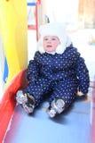 Behandla som ett barn flickan 11 månader i varm kläder som är utomhus- i vinter Arkivfoto