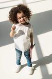 Behandla som ett barn flickan med amerikanska flaggan Royaltyfria Foton