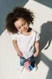 Behandla som ett barn flickan med amerikanska flaggan Royaltyfri Bild