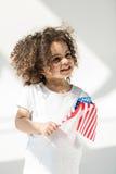 Behandla som ett barn flickan med amerikanska flaggan Royaltyfri Foto