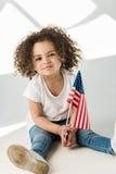 Behandla som ett barn flickan med amerikanska flaggan Royaltyfri Fotografi