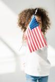 Behandla som ett barn flickan med amerikanska flaggan Fotografering för Bildbyråer