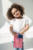 Behandla som ett barn flickan med amerikanska flaggan Arkivfoto
