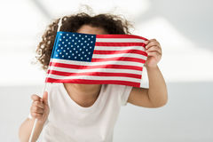 Behandla som ett barn flickan med amerikanska flaggan arkivbilder