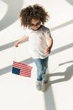 Behandla som ett barn flickan med amerikanska flaggan Arkivfoton