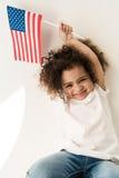 Behandla som ett barn flickan med amerikanska flaggan Arkivbild