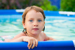 Behandla som ett barn flickan med blåa ögon royaltyfri fotografi