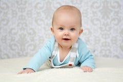 Behandla som ett barn flickan med blåa ögon som ser kameran Royaltyfri Fotografi