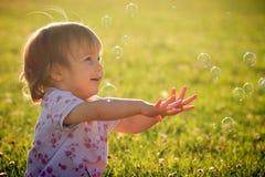 Behandla som ett barn flickan med bubblor Arkivfoto