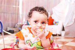 Behandla som ett barn flickan med citronen Royaltyfria Bilder