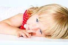 Behandla som ett barn flickan med den lyckliga framsidan Arkivfoto