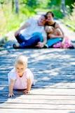 Behandla som ett barn flickan med familjen Royaltyfria Bilder